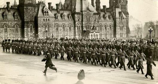 1280px-Royal_22e_régiment,_défilant_devant_le_Parlement_d'Ottawa
