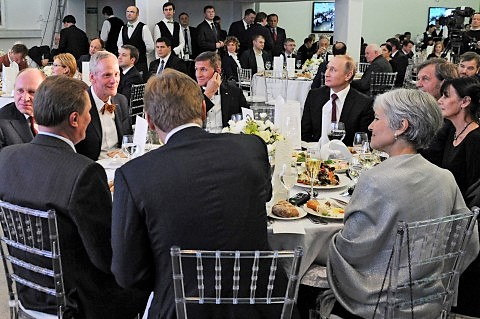 2015_RT_gala_dinner_in_Moscow,_general_Flynn_next_to_President_Putin