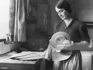 Yvonne de Gaulle in a London kitchen (Getty Images)